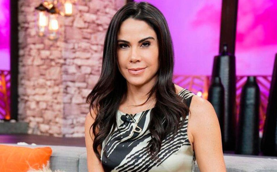 Paola Rojas muestra su abdomen abultado en vestido